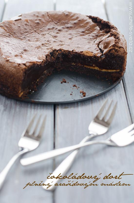 čokoládový dort { bez mouky } plněný arašídovým máslem