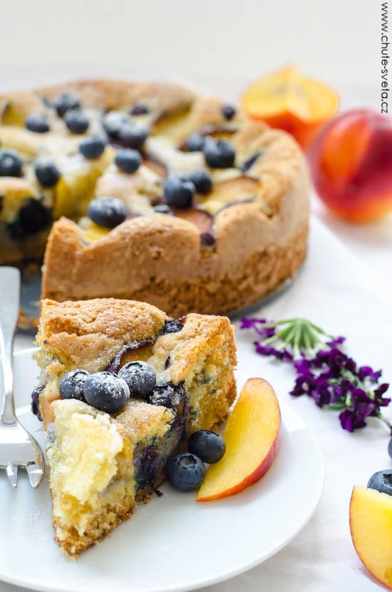 broskvový koláč s borůvkami