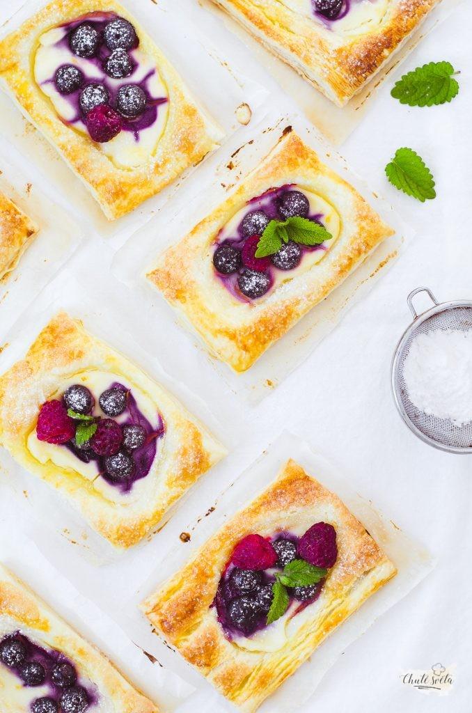 tvarohovo-ovocné koláčky z listového těsta
